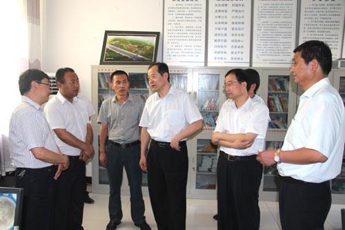 调研组在金渠镇河底村社区服务中心调研