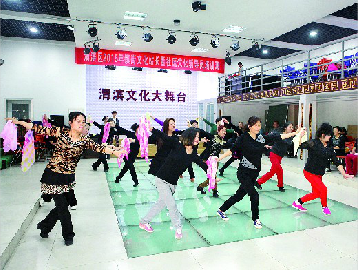 手把手的教授下,学员们对广场舞的表演技法,动作编排及队形变换技巧的